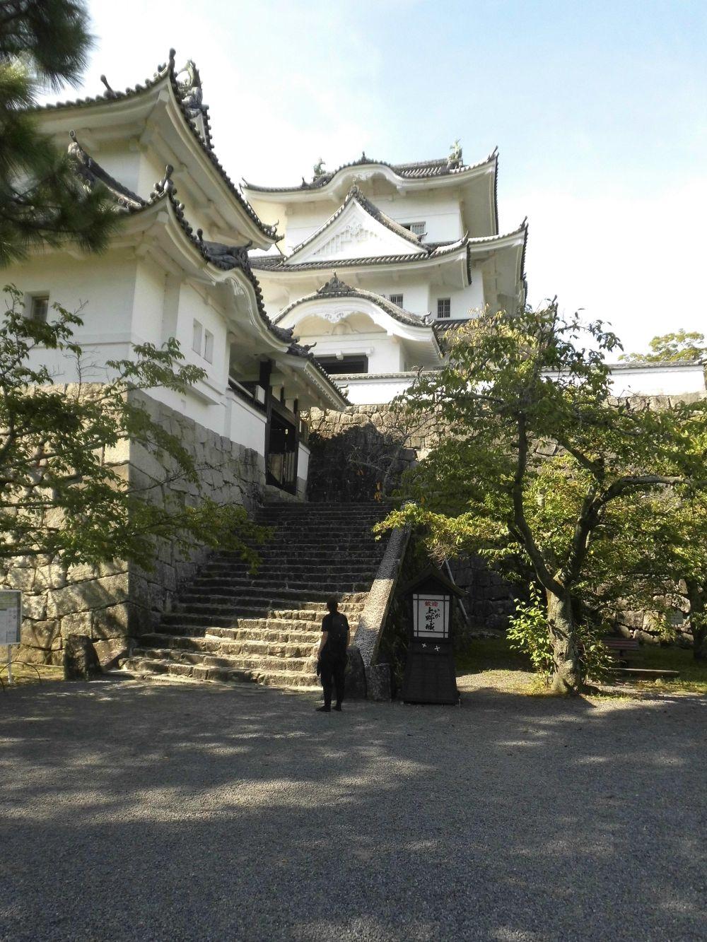 Ein Asiatischer Bau mit einer vorgelagerten Treppe. Es handelt sich um das Japanische Ninjamuseum. Das gebäude ist weis bis cremefarben gestrichen.