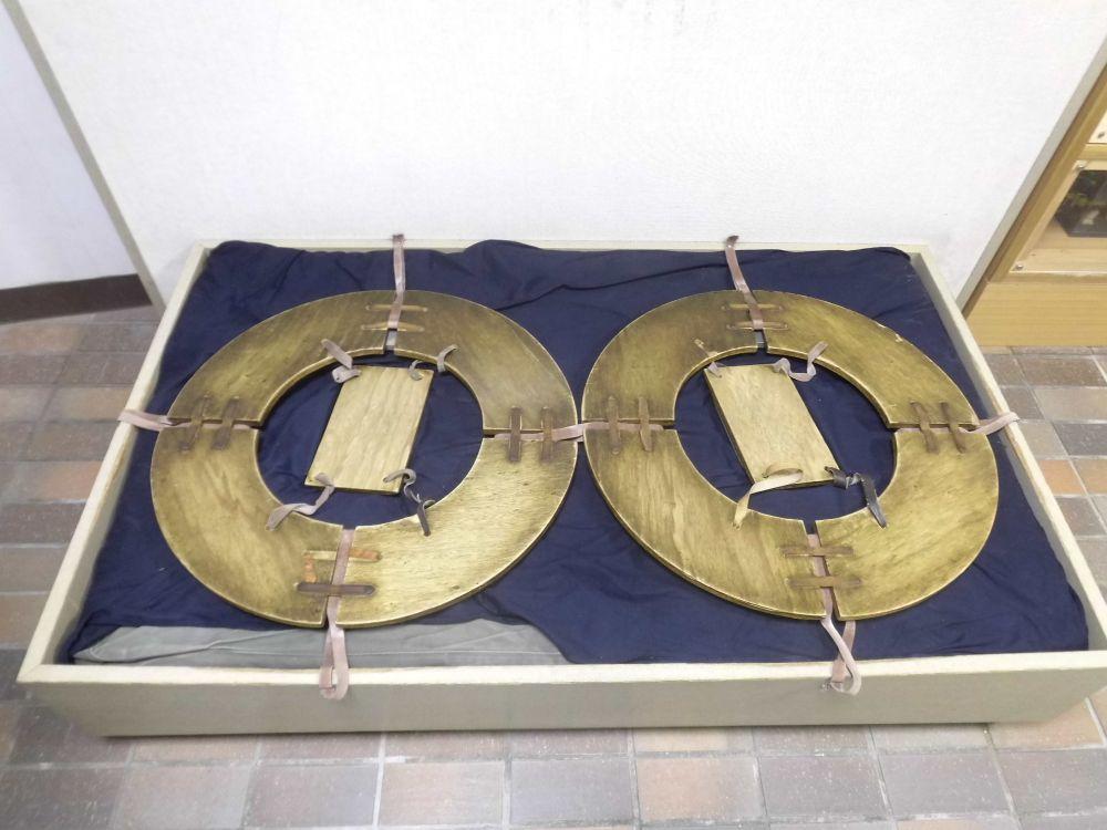 Zei Misugumu Schuhe. Sie bestehen aus holz. Ein Rechech, das unter den Fus geschnallt wird, und reise die mit lederriemen daran befestiegt sind.