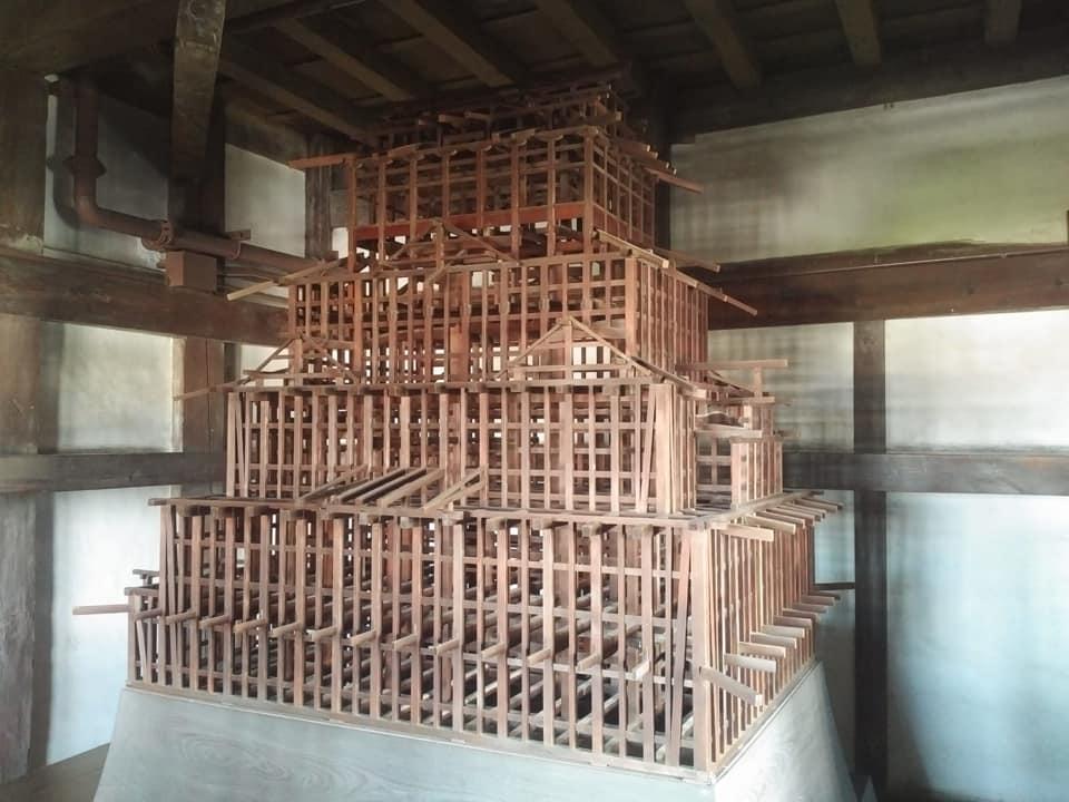Ein Holzmodell für die Hokzkonstrucktion hinter einer Japanichen Festung. Sie ist 4 Stockwerke Hoch. Das Konstruckt bestaht aus sehr vielen Holzverstrebungen.
