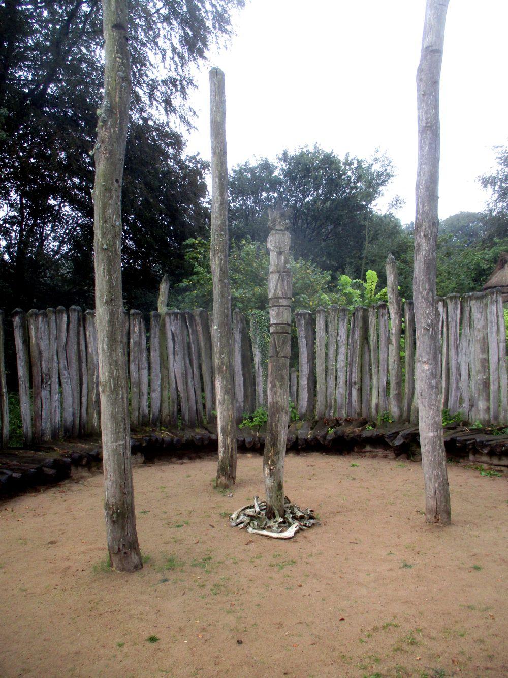 In der Mitte des rekonstruierten Fundplatzes Hunneberget befinden sich drei Pfeiler die in einem Dreieck zueinander stehen, in der Mitte davon befindet sich eine Figur. Ein Holzpfosten der in die Erde Gerammt ist, und an dessen Kopfende eine Katzenfigur hineingeschnitzt wurde. Am Fusse dieser Figur liegen eineige Knochen als Opfergaben.