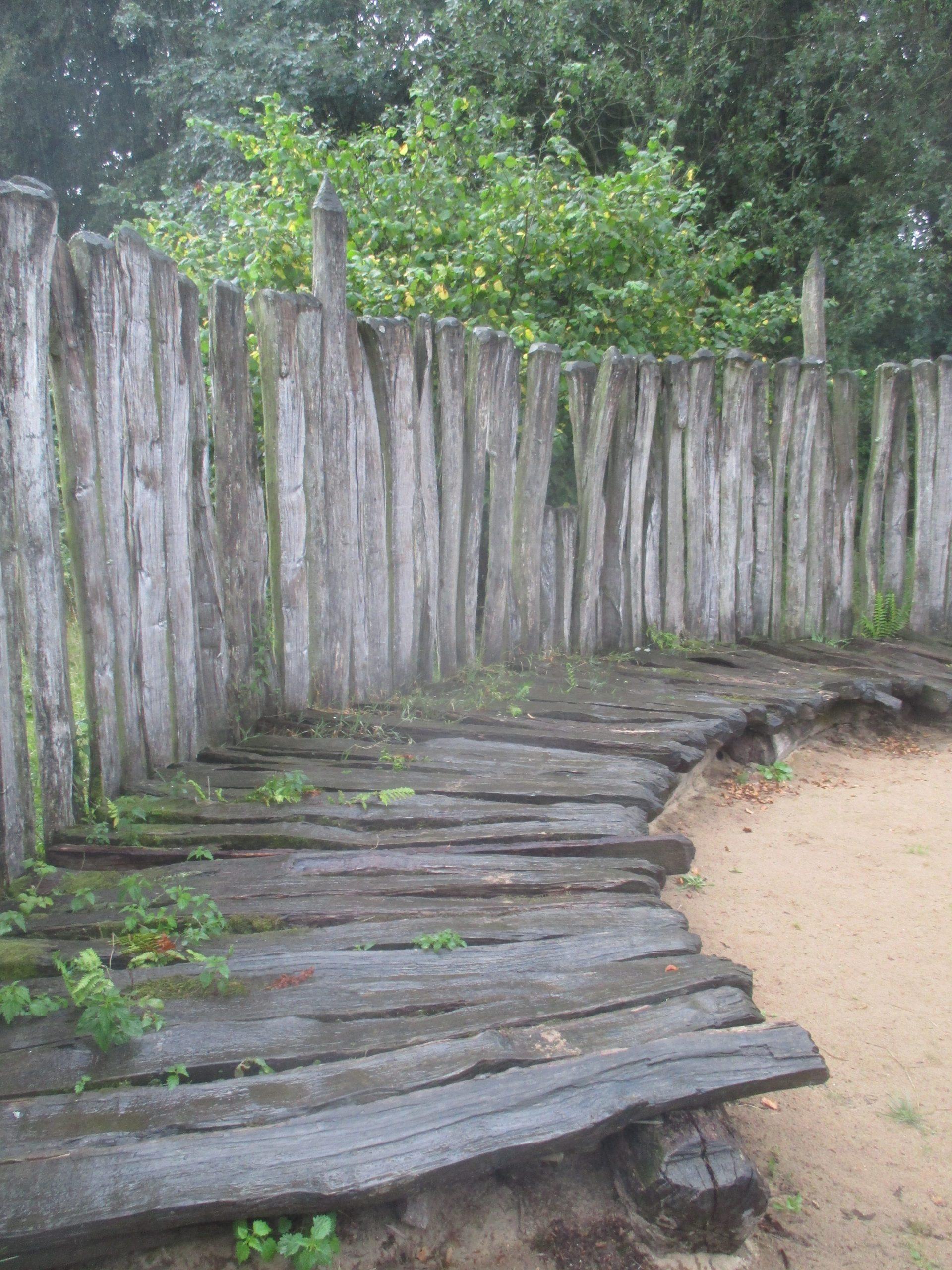 Rekonstruktion des Bohlenweges auf der Innenseite des Opferplatzes Hunneberget.