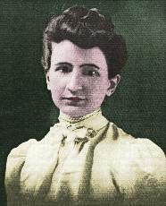 Harriet Ann Boyd Hawes vor einem dunkelgrünen Hintergrund in einem cremegelben Preriekleid.