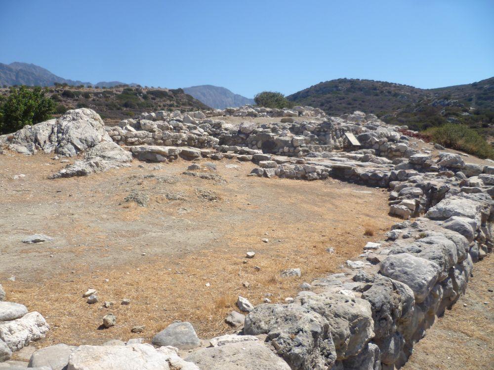 Ein Großes von Steinen ummauertes Areal.
