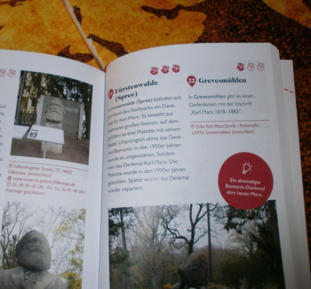 Foto von dem aufgeklappten Buch. Es zeigt eine Seite mit mehreren Kurzbeschreibungen von Ausflugorten und Marxbüsten. Fürstenwalde und Grevesmühlen werden als Ausflugsort vorgeschlagen.