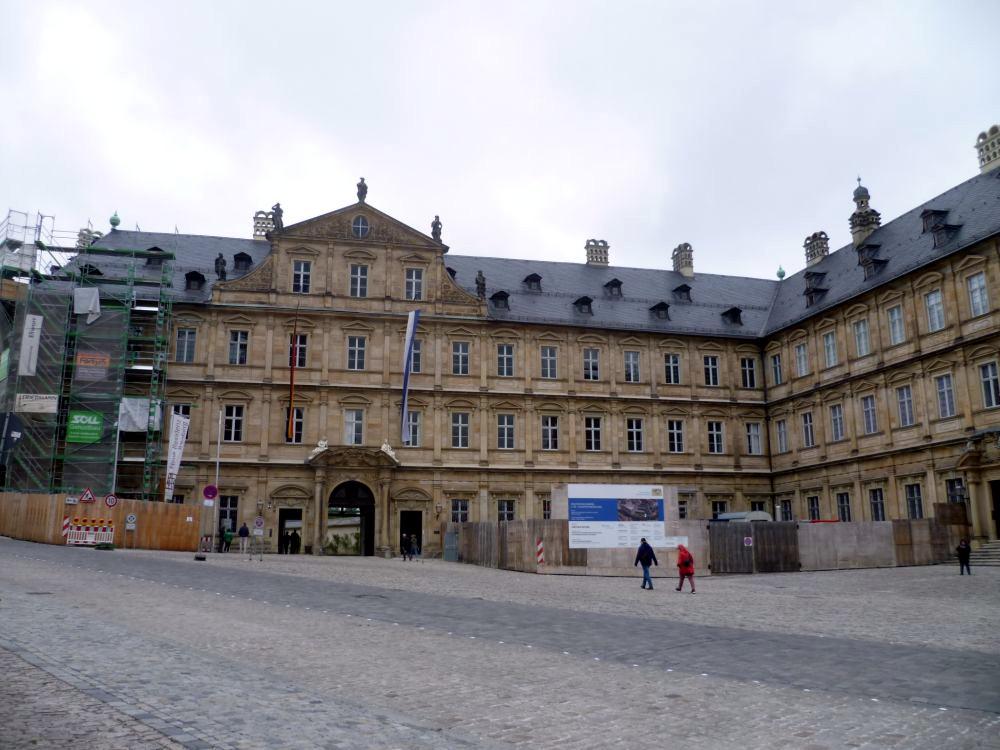 Ein Barockes Gebäude, mit einer Sandsteinfassade. Es handelt sich um einen im Grundriss L förmiegen Bau.