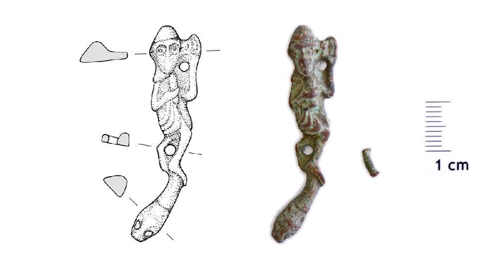 Links befindet sich eine Umzeichung, rechts ein Foto des Beschlags.