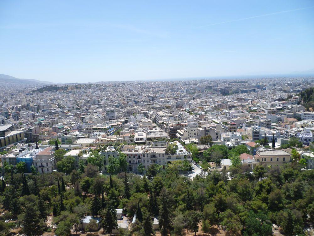 Ausblick über Athen die Häuser werden zum Horizont hin immer kleiner. Aber am Horizont ist die Stadt noch nicht vorbei.