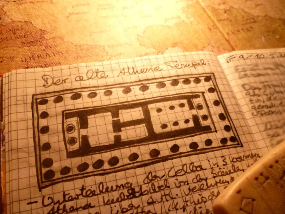 Ein aufgeschlagenes Notizbuch. Die Zeichung eines Grundrisses des Alten Athena Tempels der Akropolis ist zu sehen.