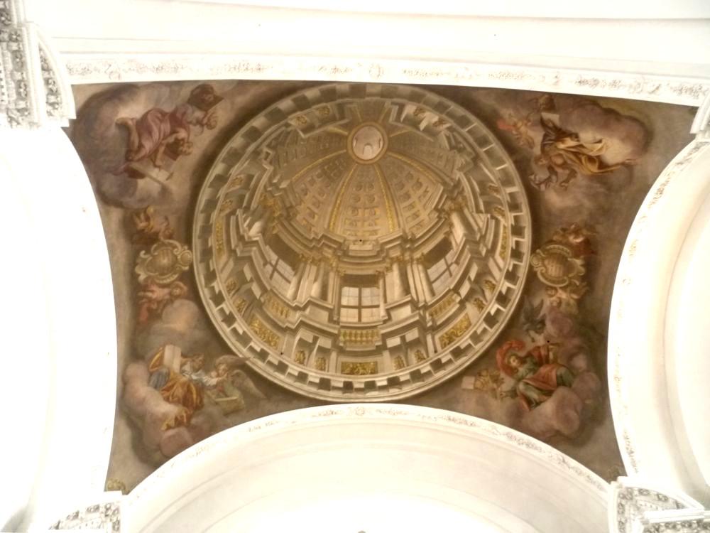 Ein Kirchengewölbe das auf die Krichendecke aufgemalt ist. Es sieht aus als währe dort wircklich ein Gewölbe.