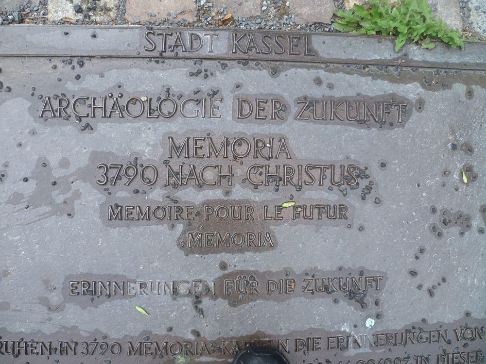 """Eine Metallplatte mit der Aufschrift: """"Archäologie der Zukunft Memoria - 3790 nach Christus - Erinnerungen für die Zukunft"""""""
