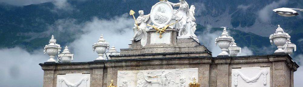 Der Obere Teil der Triumphpforte in Innsbruck, dahinter sind die Alpen zu sehen.