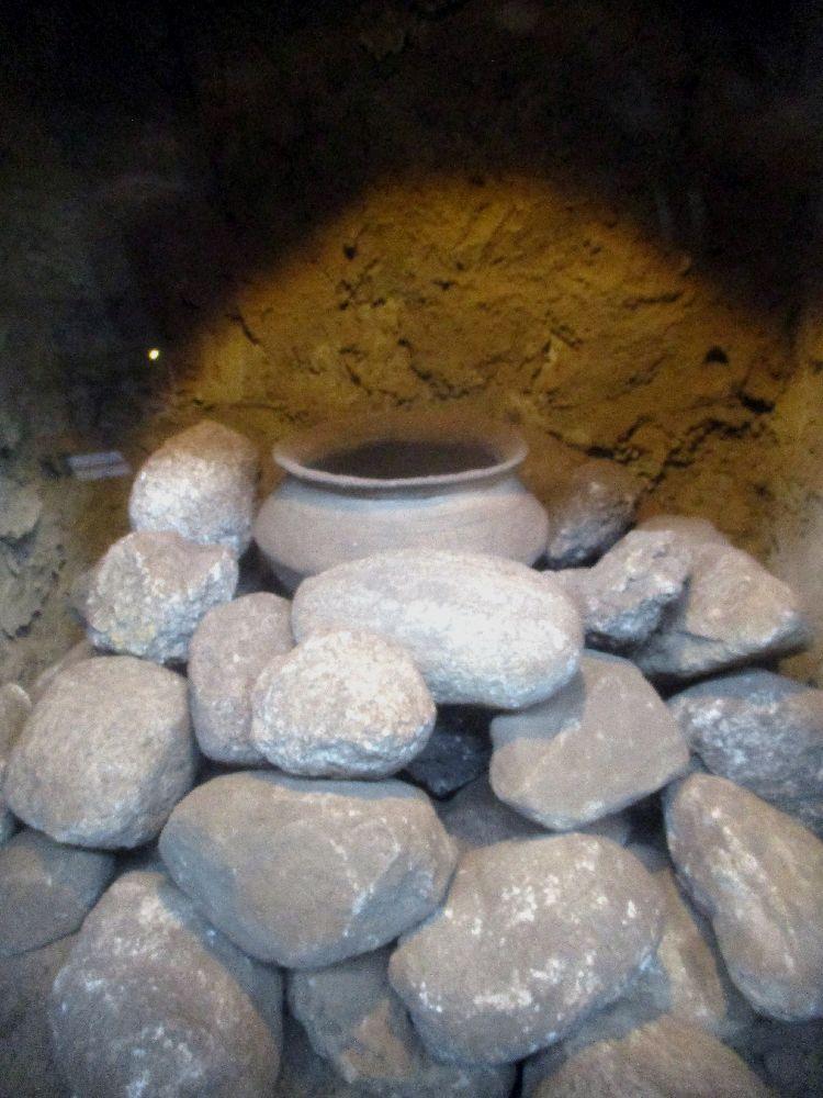 Eine Urnenbestattung auf einem Steinbett.