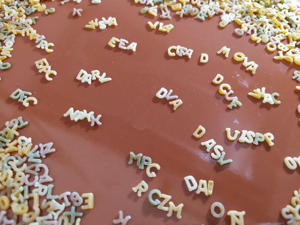 Buchstaben einer Buchstabensuppe liegen auf einem Teller. Sie liegen wirl umher, aber zwischendurch bilden sie die Abkürzungen: EEA, WSVA, VLA, DARV, DVA, CIFA D, DGUF; UISPP; DAI, DASV, MPC, NIHK, MOVA, RGZM,