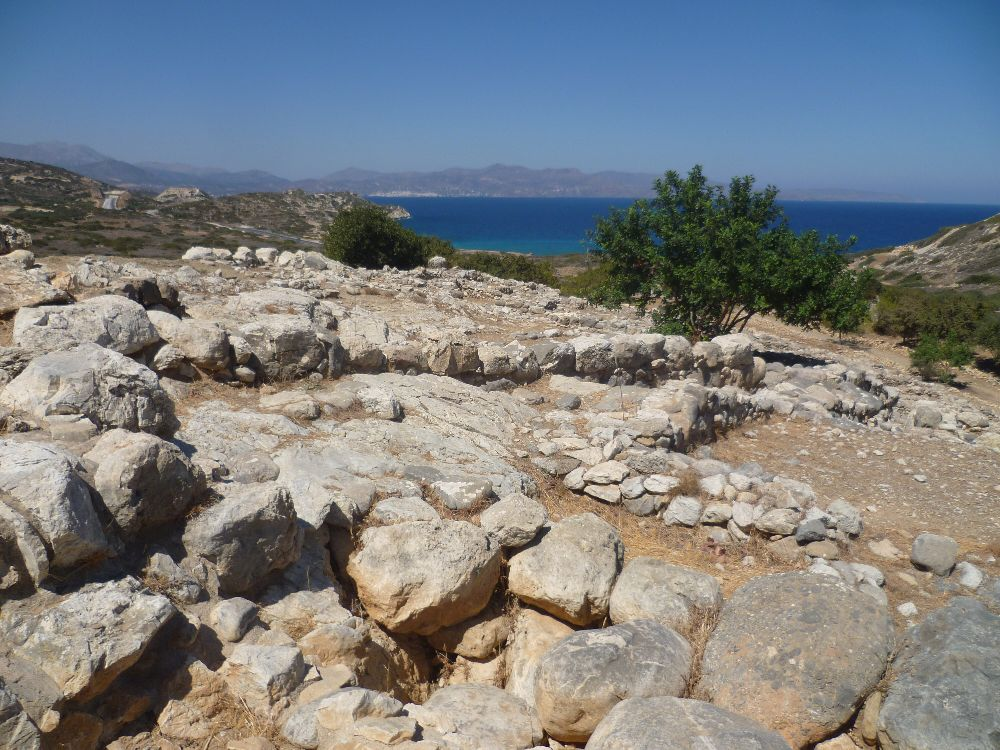 Der Ausblick von der Siedlung Gournia aus auf den Hafen.