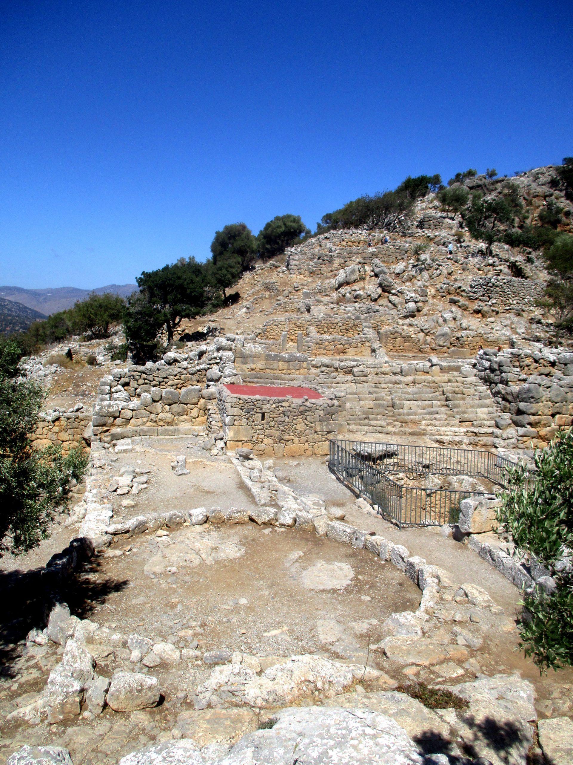 Siedlungsterrassen des Osthanges der archäologischen Siedlung Lato von untern Fotografiert. Die Siedlung klettert mit hilfe einer terrassierung den Berg hoch.