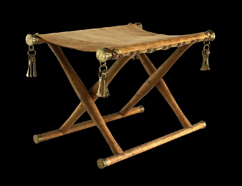 Eine rekonstrucktion des Klapphockers von Daensen. Eine einfache Konstruktion mit zwei kreutzförmig verlaufenden Stöcken, welche auf und zuklappbar sind.