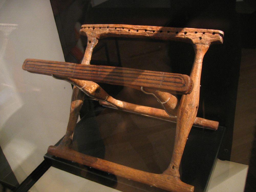 Ein Klapphocker ohne Stoffbezug. Die Nägel wo die sitzfläche befestigt war sind noch zu zu sehen.