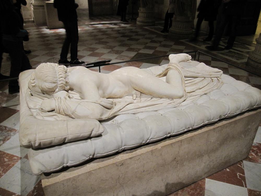 Der schlafende Hermaphrodit. Hellenistische Skulptur. Hermaphrodit liegt auf einem Bett und schläft. uf der nach vorne gewanten seite ist sein Penis gut zu erkannen, von der anderen Seite sieht es aus wie das Bild einer schlafenden Frau.