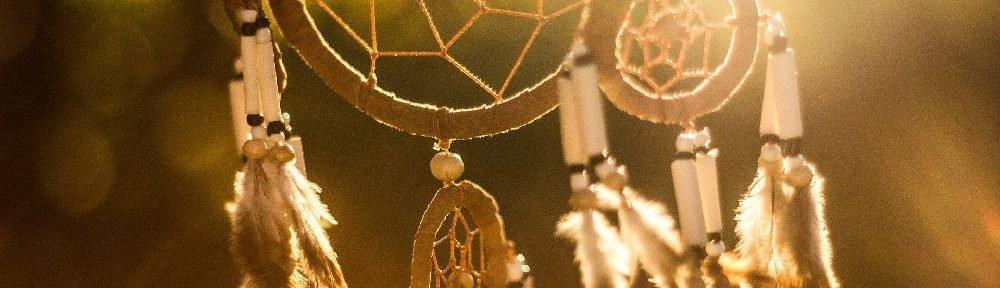 Ein Traumfänger weht in der Abendsonne im Wind