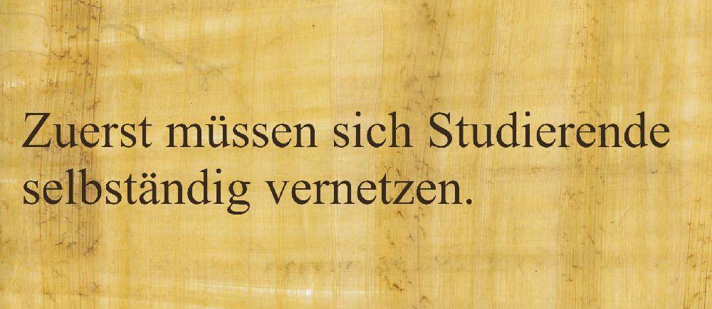 """Pergament mit der Aufschrift: """"Zuerst müssen sich Studierende vernetzen"""""""