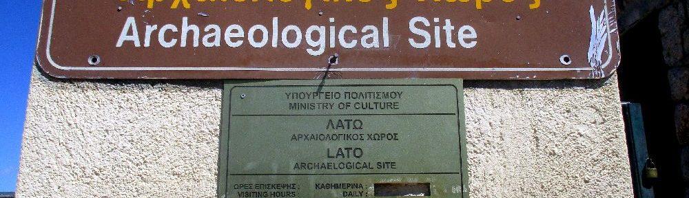 """Foto von einem zweischprachiegen Schild auf griechisch und Englisch. Geschrieben steht dort: """"Archaeological Site"""" Auf einem zweiten zweisprachiegen Schild steht """"Lato"""""""