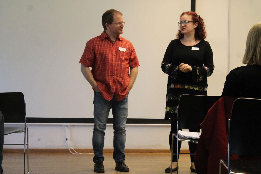 Sacha Piffko und Patricia Arlt stehen Beieinander und tragen etwas vor.