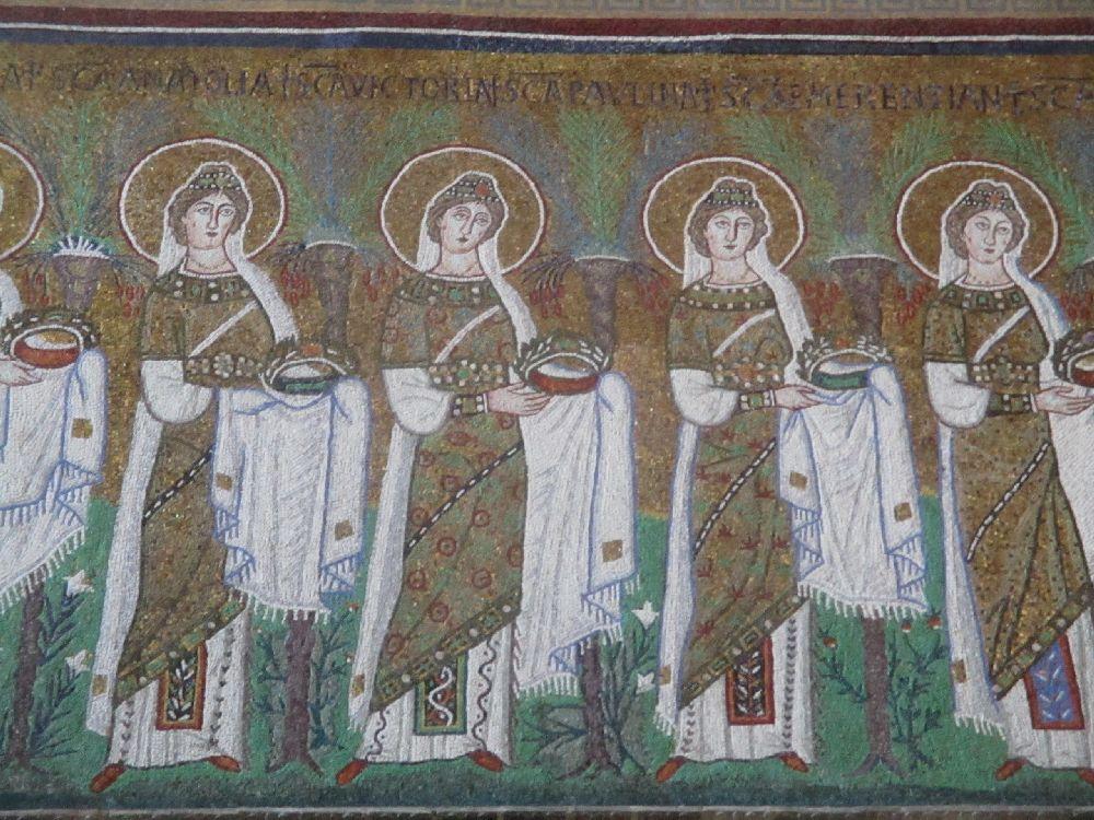 Ein Auschnitt aus der Jungfrauenprozession. Die Frauen tragen alle einen Heiligenschein, und jeh eine Krone in der Hand, Sietragen Grüngoldene Gewänder.