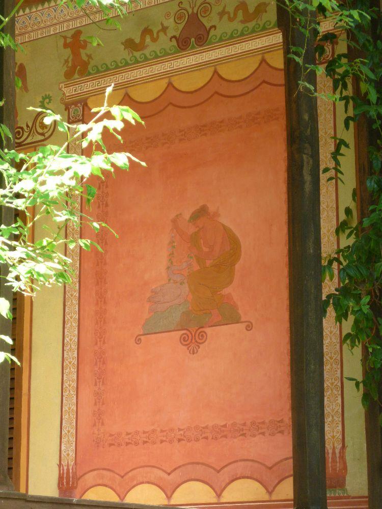 Eine an der Antike orientierte Malerei an der Aussenwand des Casinos. Auf dem Bild füttert eine halbnackte Frau eine Gans.