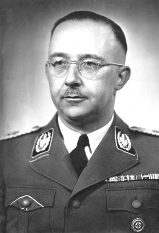 Ein schwarzweißfoto von Heinerich Himmelr. Er rägt eine Brille und eine Uniform. Sein dünns Haar ist straff nach hinten gekämmt.