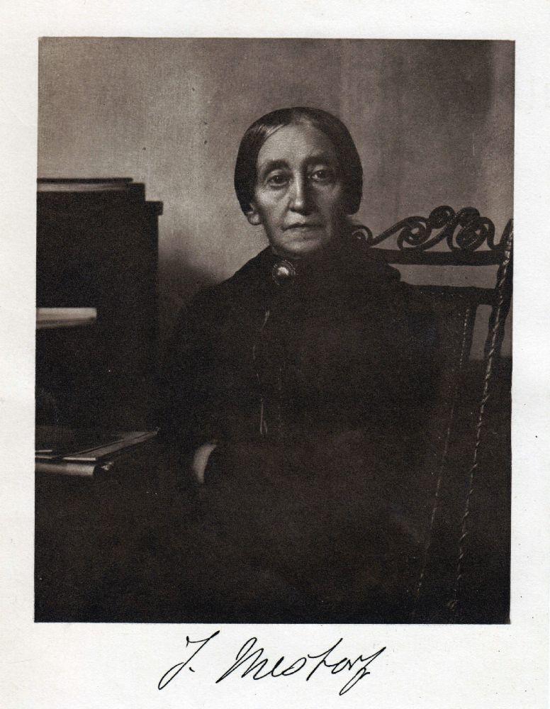 Ein scharzweißfoto von Johanne Mestorf. Die Alte Frau trägt ihr Haar in einem Zopf, und sitzt auf einem Stuhl. Auf dem Bild ist di Wissenschaftlerin schon sehr alt.