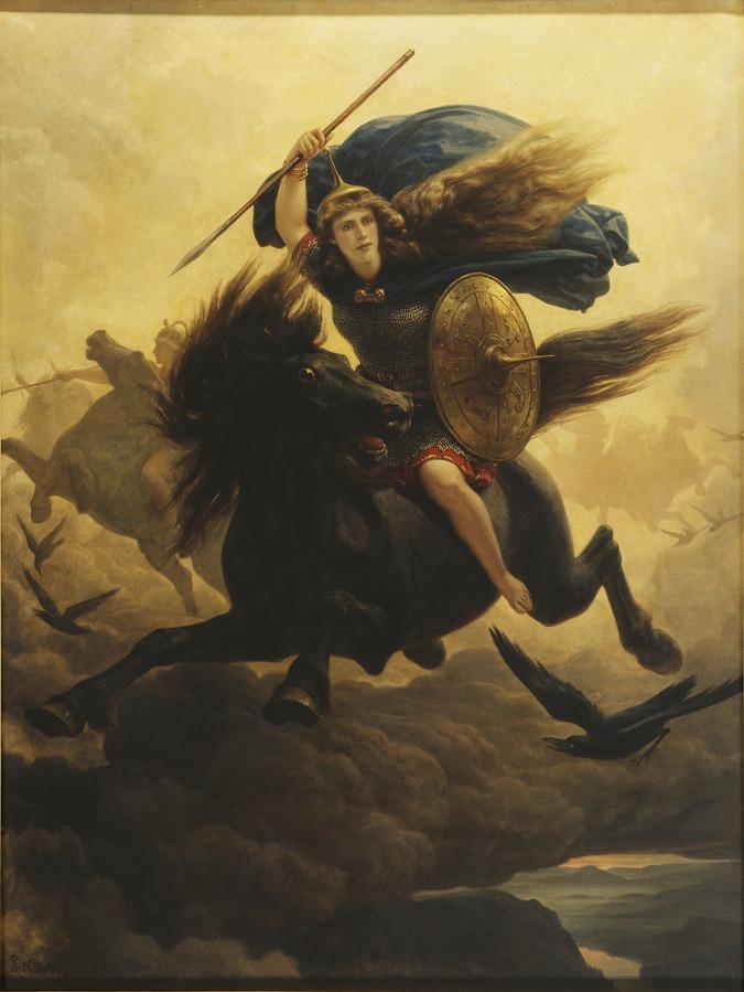 Eine Frau mit einem erhobenen Speer, und einem Schild reitet auf einem schwarzen Pferd durch die Luft. Sie hat langes helles Haar, und wirkt jung und attraktiv.