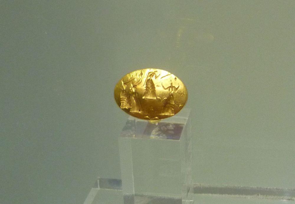 Ein Goldsiegel aus der Bronzezeit. Es zeigt Minoische Frauen die anscheinend beten.