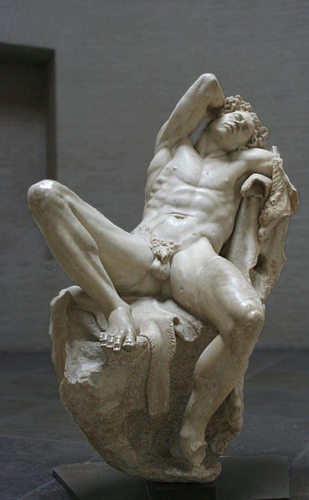 Die Hellenistische Skulptur des Barbrinischen Fauns. Die Männlich Gotthit stitzt britbeinig und Schlafend in inm Sessel.
