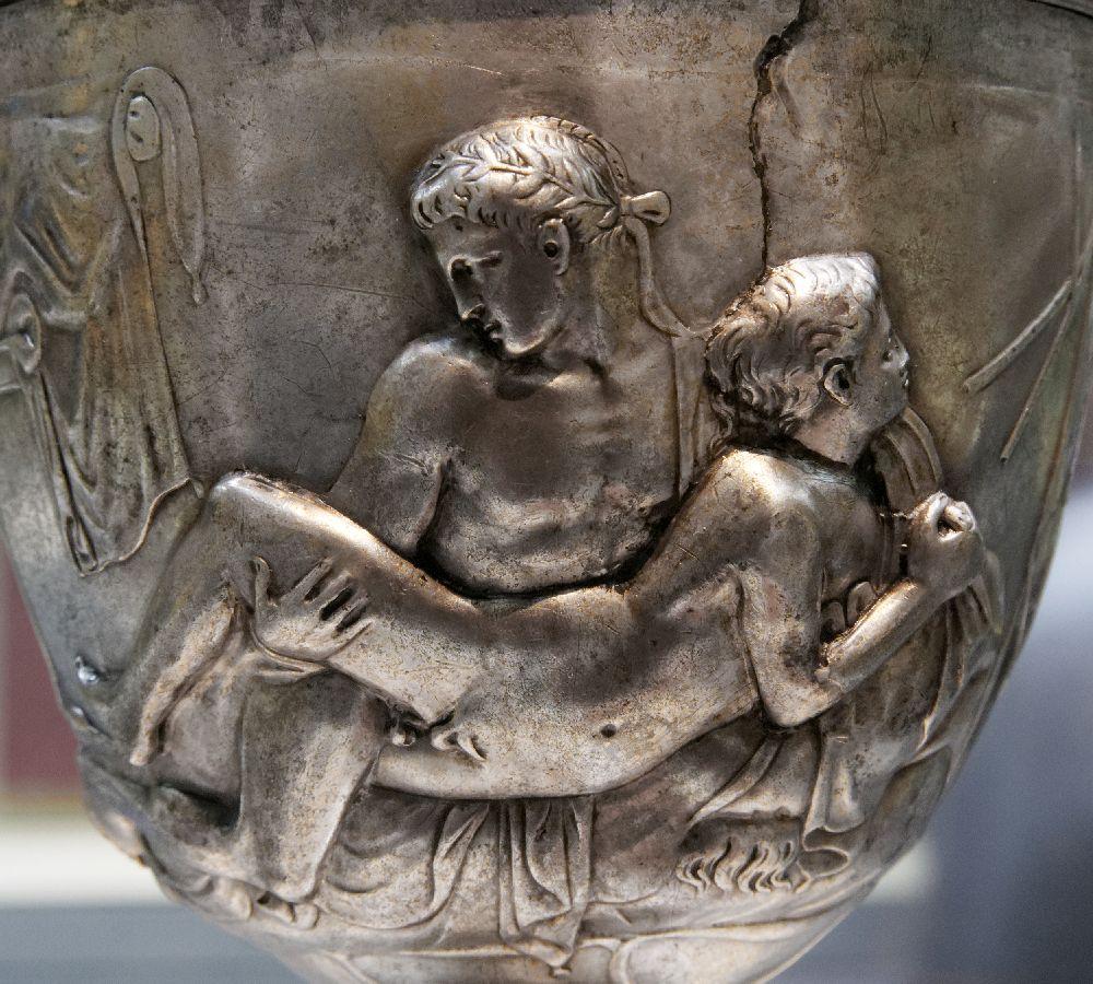 Die Abbildung des Warrencup. Ein Slberbecher, das ein schwules Paar beim Geschlechtsverkehr zeigt.
