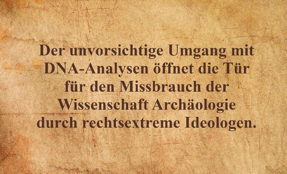 Pergament mit der Aufschrift: Der unvorsichtige Umgang mit DNA-Analysen öffnet die Tür für den Missbrauch der Wissenschaft Archäologie durch rechtsextreme Ideologen.