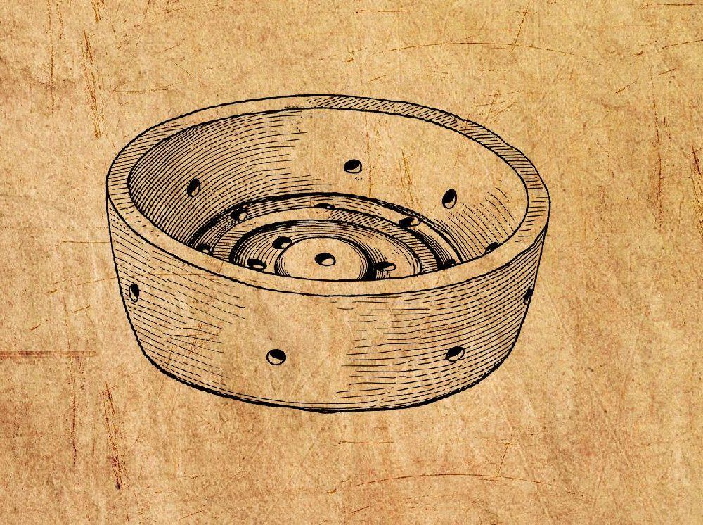 Eine Köaepresse aus der römischen Antike. Es handelt sich um eine Keramik, welche aussieht wie eine Schale, mit einem scharfen Rand, doch am Oben befinden sich rillen, zudem ist das Keramikgefäß ausgestattet mit zahlreichen ausflusslöchern.