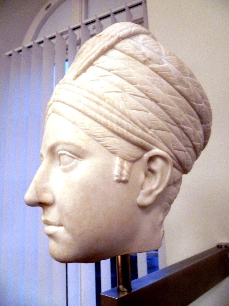 Profilansicht des Kasseler Skulpturenkopfes. Deutlich zu sehen ist, das der Turban aus sechs aufeinander geschichteten und miteinander verbundenen schichten aus Flechtezöpfen besteht.