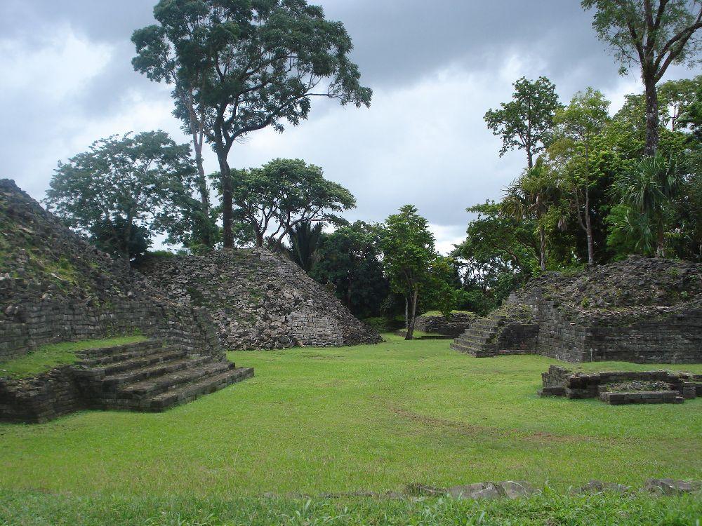 Deri in sich zusammengefallene Pyramiden auf einer Grünen wiese.