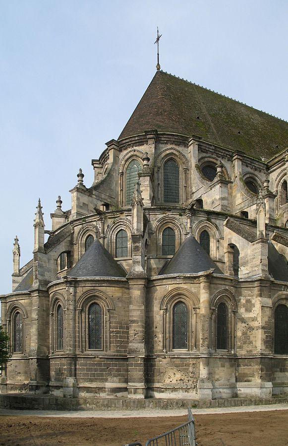 Der Chor der Kathdrale von Noyo. Das Gbäude verläuft in 3 Stockwerken, welche sich Jeh nach oben um etwa 1 m Vrjüngen. Das Gebäude besteht aus gräulich-glblichen Gestein. Auf dem Obersten Stpckwerk ist ein Spitz zulaufndes Walmdach mit Bräunlichen Schindeln aufgesetzt.