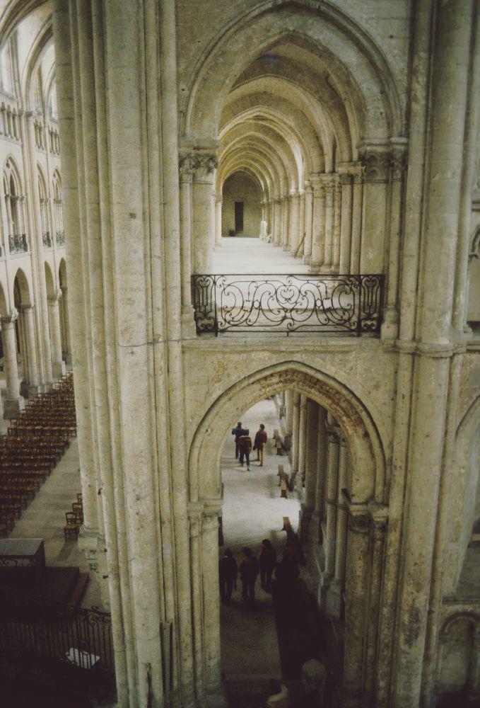 Blick in den Innenraum der Kathdrale von Noyon. Zwei übereinander angelegte Laufgänge. Sie haben je ein Gewölbe aus Marmor.