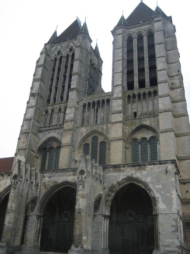 Die Beiden Tümrme der Kathdrale von Noyon. Sie wircken Schwerfällig. Es handelt sich um Viereckiege klobiege Bauten, mit großn langen Fenstern.