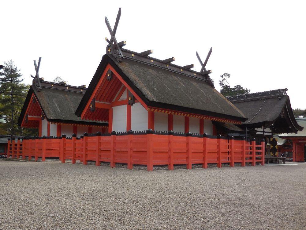 Ein Paar Gebäude mit Geraden Japanischs Dächrn. Die Gbäude habn weise Wände und Die Balkn sind zinoberrot bemalt. Das Dach ist mit Stroh gedeckt, und sehr grade.