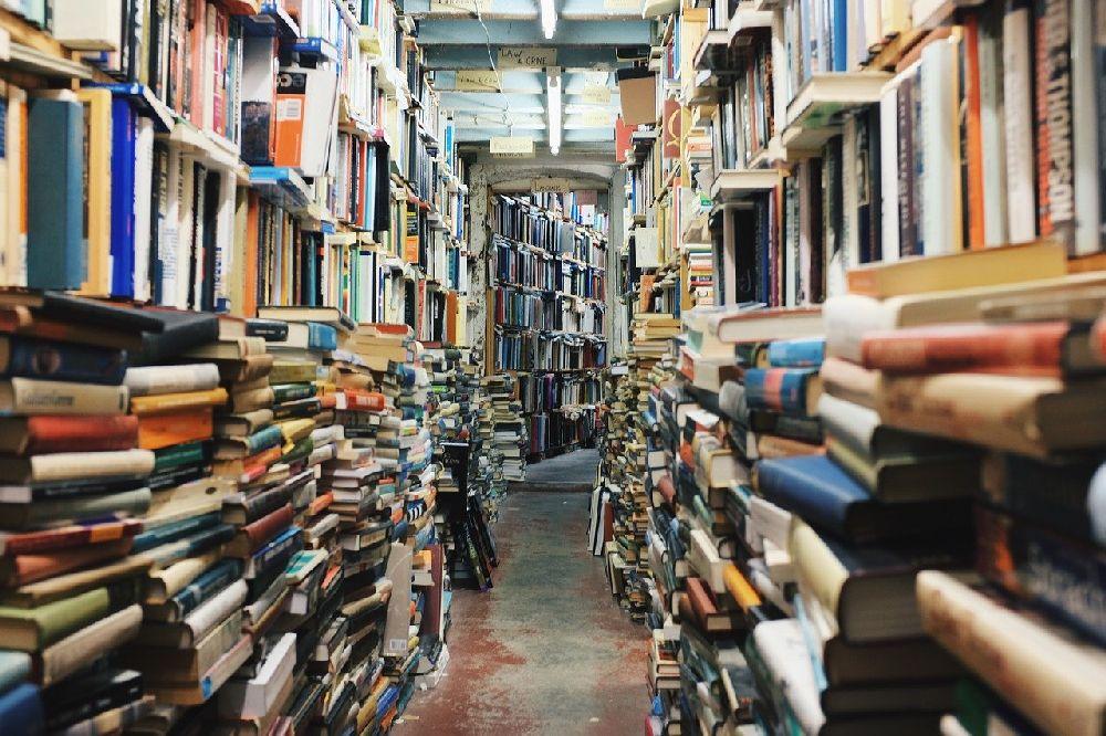 Ein Flur der Über und über vollgestopft ist mit Büchern Es gibt keinen Winkel der ohne Buch vorkommt.