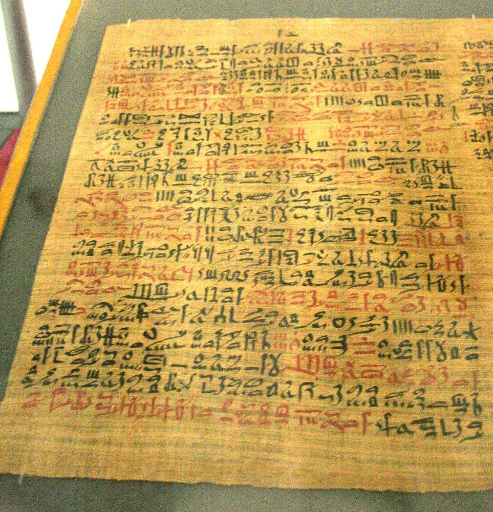 Bild von dem Papyrus Ebers. Es handelt sich um ein Braunes Papier mit Rot Schwarzer Schrift