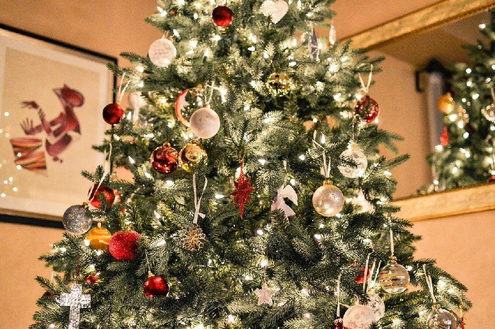 Ein reich geschmückter Weihnachtsbaum mit glitzernden goldenen und roten Kugeln.