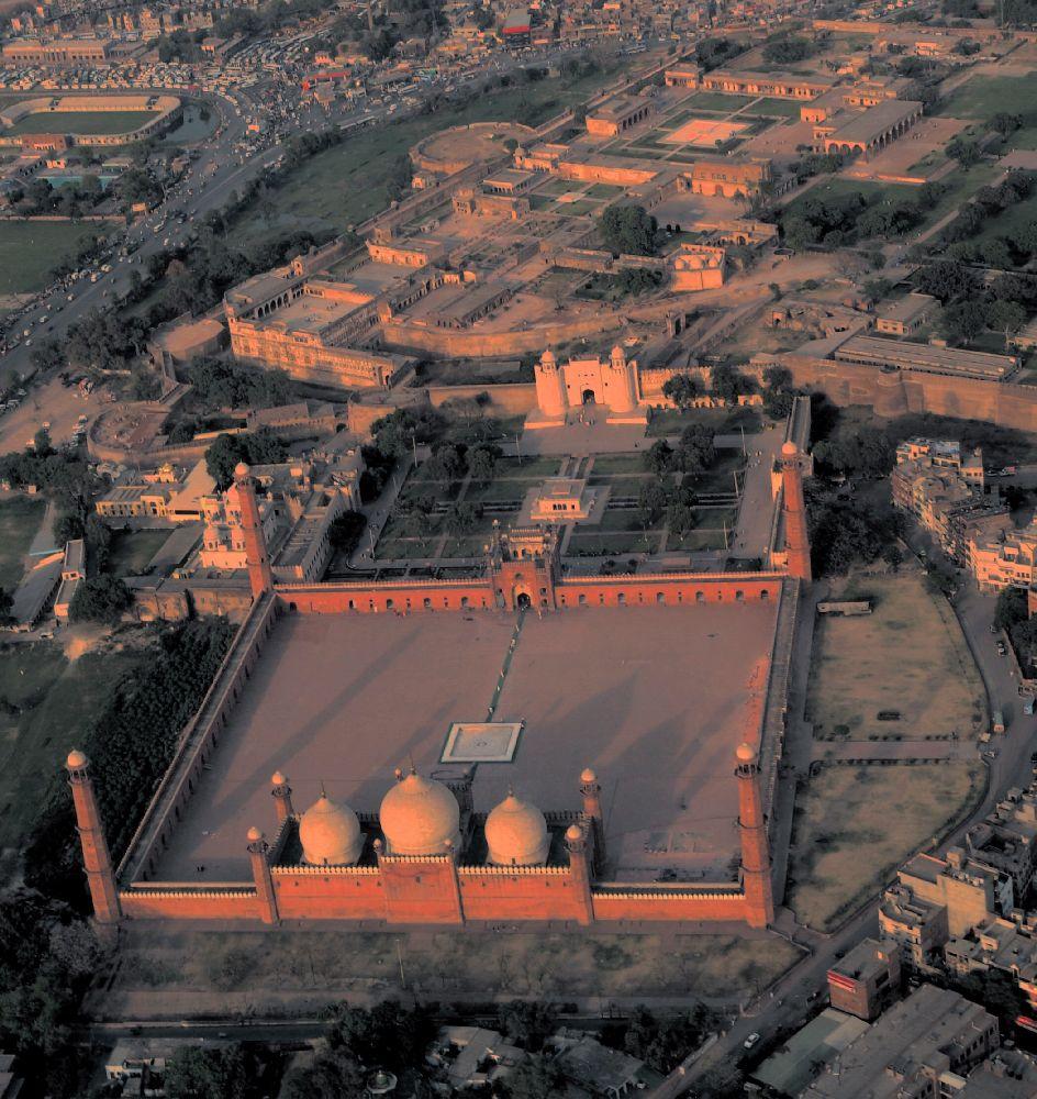 Fort Lahore aus dr Luft. in Riesiegs Glände, Größer als so manche Stadt, mit plätzn wisen Wäldr, und teuer aussehenden Gebäuden. Alles Wirkt licht rot, weil dr rote Sandstein von dr Abendson angeleuchtet wird.