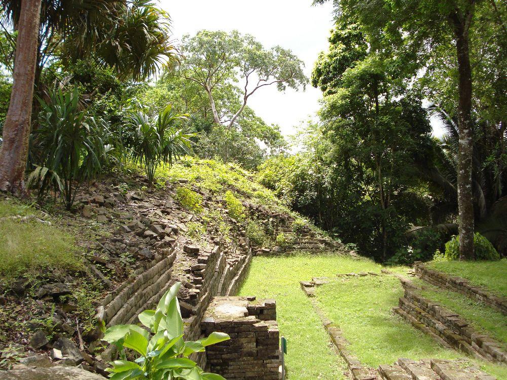 Ruinen aus Luubantun. Der Dschungel hat sich die Grauen Monumntalbauten zurück geholt.