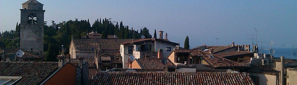 Der Blick übr die Dächer von Sirmione, von der Örtlichen Burg aus gesehen. Ein rotbrauens Dächermeer.