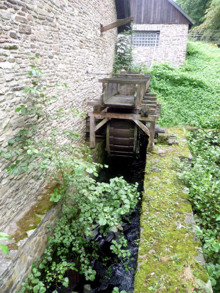 Das Rad einer Wassermühle. Ein Holzkonstruckt in einem Kanal.
