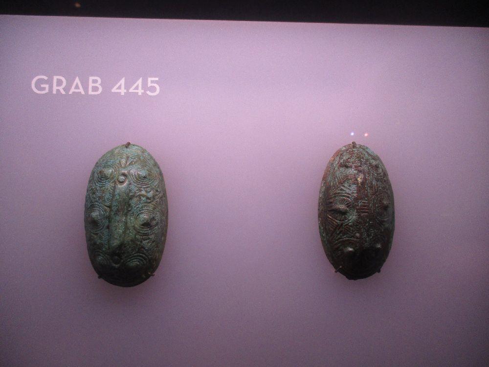 Zwei Schalenspange, die Offnbar nicht so rtvoll sind. Das Metall ist grün angelaufen.
